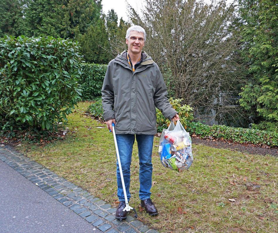 Auch in diesen Tagen ist Arno Meyer in St. Ingbert unterwegs und sammelt zwischen dem SAP-Parkhaus und dem Berufsbildungszentrum Müll. Die Tüte ist wie immer voll.